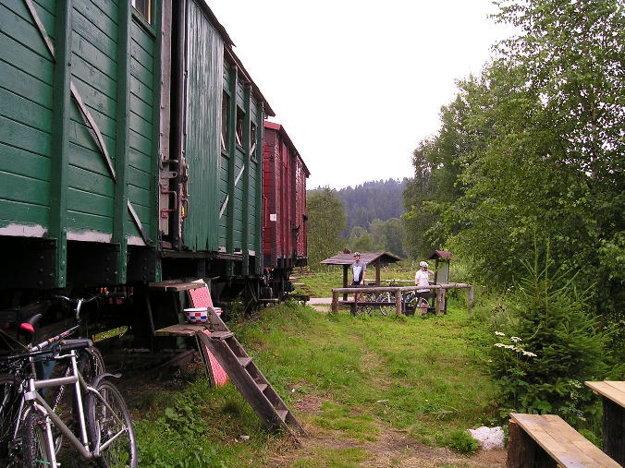 Podobu Železnej opony ukazuje minimúzeum v starých železničných vozňoch.