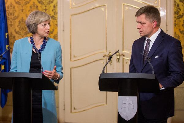 Robert Fico s britskou premiérkou Theresou Mayovou.