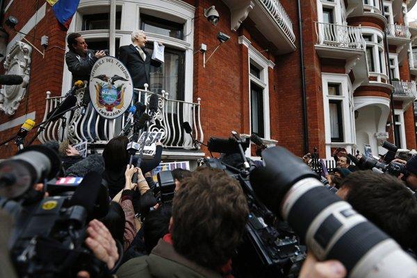 Julian Assange predstupuje pred novinárov.