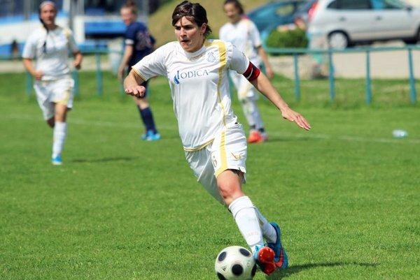 Keď má loptu pri nohe najlepšia strelkyňa II. ligy Karina Andrušková, brankárky sú vnajvyššej pohotovosti.
