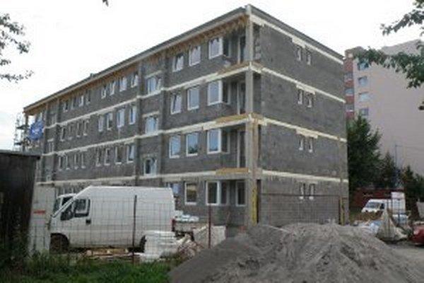 Na Gazdovskej ulici v Prievidzi by mala byť výstavba bytovky dokončená v decembri.