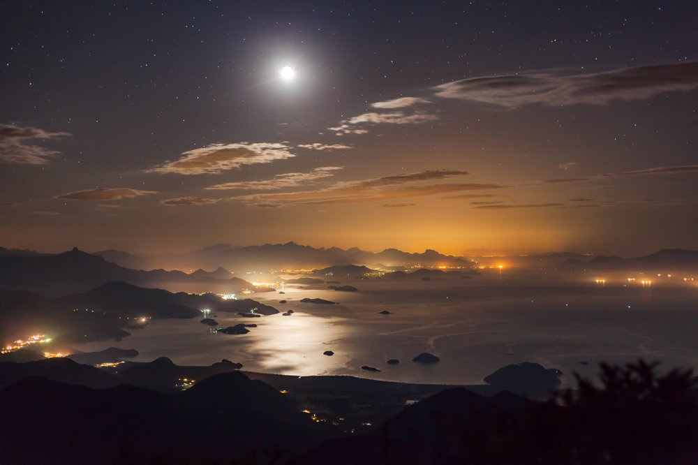 Mesačný svit sa odráža od vody v brazílskom zálive Paraty. FOTO - Rafael Defavari