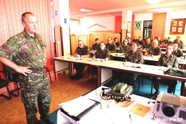 Minister Peter Gajdoš v Martine zistil, že väčšina dobrovoľníkov by chcela ostať pracovať v armáde.