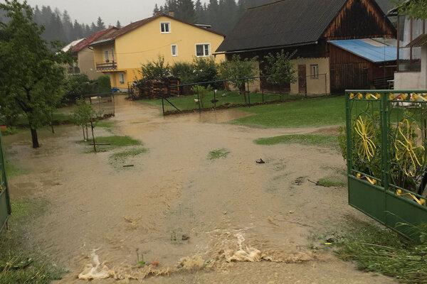 Voda zatopila domy aj záhrady.