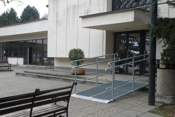 Rampa umožní vstup do domu smútku napríklad aj pre vozíčkarov.