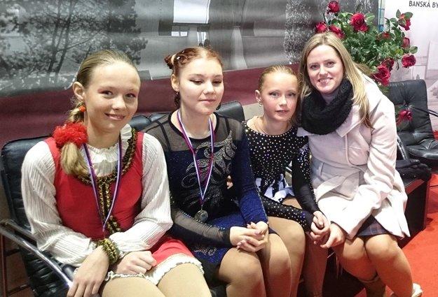V. Smolková, A. Matláková, T. Ballová s trénerkou L. Starovičovou z KKM.