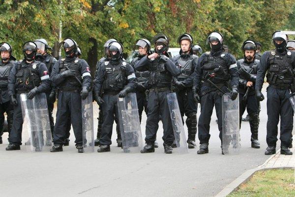 Do akcie v osade Moldava nad Bodvou sa zapojili desiatky policajtov.