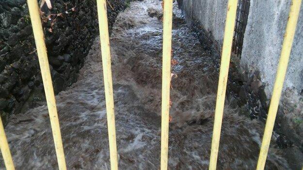 Kremnický potok po tom, čo sa vrátil do koryta.