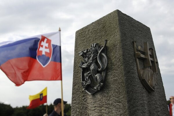 Pamätník česko-moravsko-slovenskej vzájomnosti na hrebeni Veľkej Javoriny.