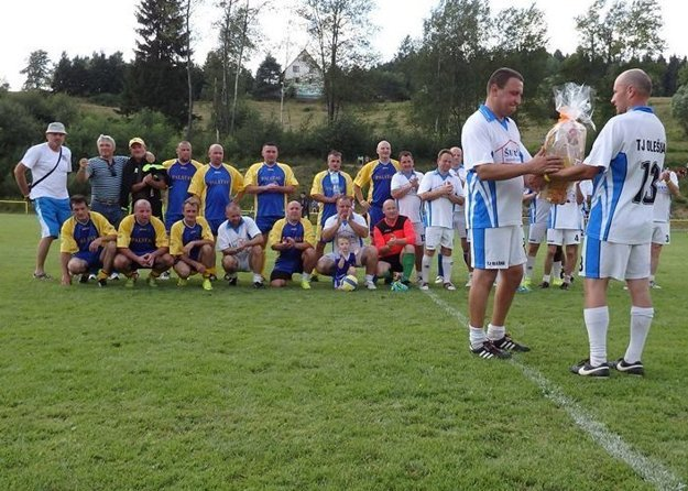 Roman Koniar sa symbolicky lúčil s aktívnou futbalovou kariérou v drese TJ Olešná.