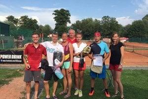 Víťazi tenisového turnaja s organizátorkou Janou Tužinskou.