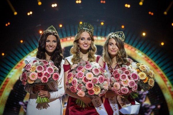 Víťazky. Michaela Meňkyová (prvá zľava) je prvá vicemiss, Kristína Činčurová (uprostred) je nová Miss Slovensko a Lenka Tekeljaková je druhá vicemiss.