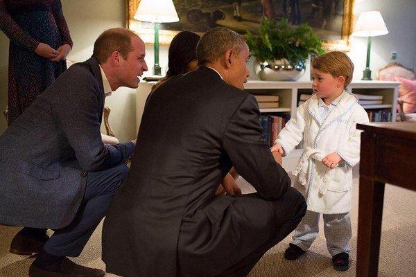 Fotografia, ktorá obletela svet. Rozkošný George víta Obamu v župane a papučkách.