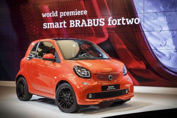 Dvojmiestny smart fortwo v úprave Brabus. Modely smart v úprave Brabus, ktorá zvýšila výkon ich motora na 80 kW, mali svetovú premiéru na autosalóne v Pekingu.