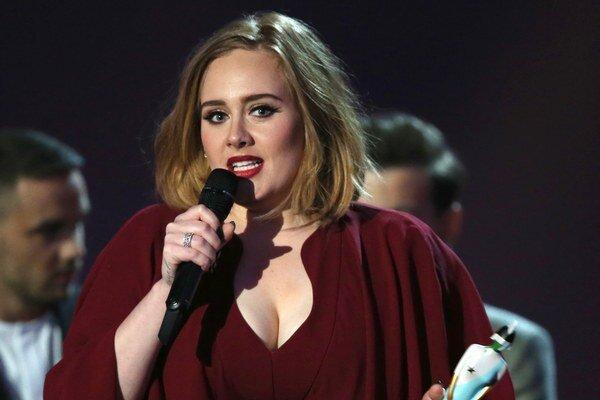 Oslávi to. Adele dostala prvýkrát prestížnu cenu, keď bola tehotná. Druhú už môže zapiť.