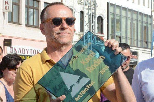 """V Košiciach mu je dobre. Meno Karel Roden je už zvečnené na Hlavnej ulici v Košiciach, ktoré sú hercovmu srdcu blízke. """"Páčia sa mi tu komunikatívni ľudia a atmosféra v meste mi príde južanská,"""" povedal umelec, ktorý si prevzal cenu Hercova misia."""