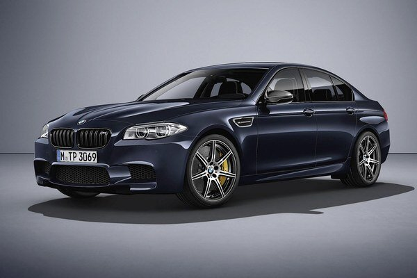 Športový sedan BMW M5 Competition Edition. Na pohon limitovanej edície špičkového modelu radu M5 slúži 4,4-litrový vysokootáčkový vidlicový osemvalec s výkonom 441 kW.