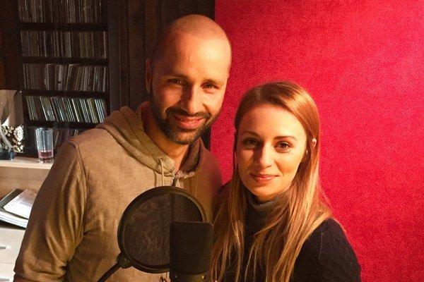 Robo Opatovský a Mária Čírová. Vianočná pieseň sa práve nahráva.