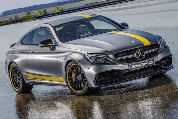Kupé Mercedes-AMG C 63 Edition 1. Exkluzívna farebná úprava karosérie verzie Edition 1 zodpovedá exteriéru pretekárskej verzie Mercedes-AMG C 63, určenej pre seriál DTM.