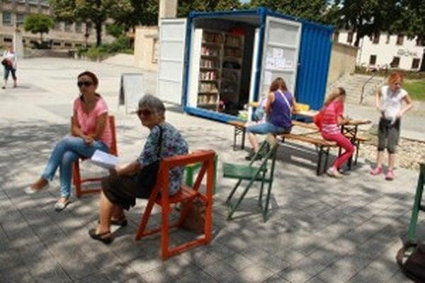 Letná čitáreň ponúka nielen knihy, ale aj rôzne oddychové aktivity.