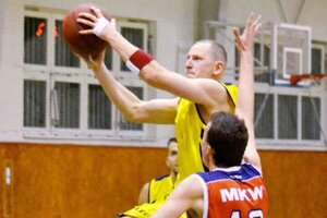 Prvý zdolal posledného. Deväť bodov 1. BKD zaznamenal Tomáš Mižák (s loptou).