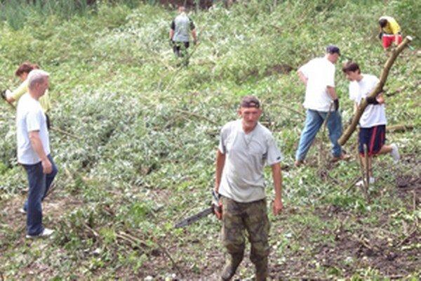 Na brigáde sa zúčastnilo viacero dobrovoľníkov.