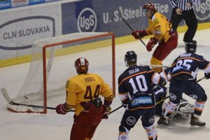 Na snímke hokejista Dukly Trenčín Tibor Melichárek (vpravo) strieľa svoj druhý gól, ktorým zvýšil na 0:2 v zápase 35. kola hokejovej Tipsport Ligy HC Košice - HK Dukla Trenčín.