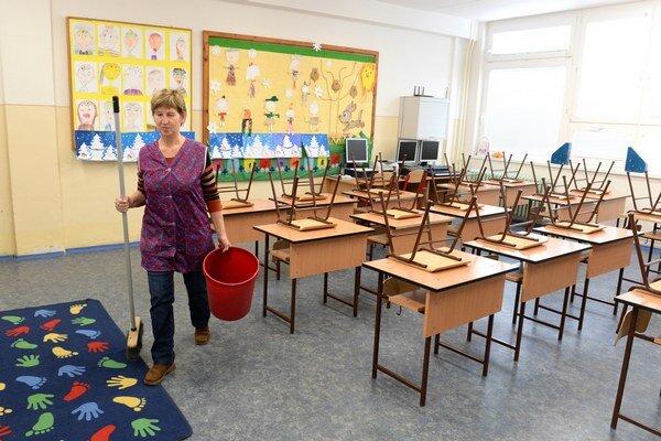 Upratovačka v triede v zatvorenej základnej škole v Ždani v okrese Košice okolie.