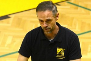 Richard Vlkolinský. Košický tréner sa počas zápasu koncentruje výhradne na hru.