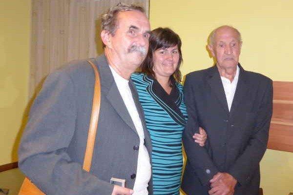 Peter Balázs (vľavo). So synom nálezcu P. Stachowom a jeho vnučkou.