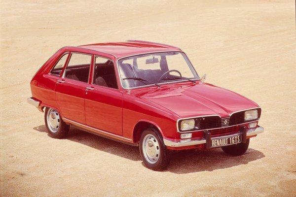 Renault 16 TS, model 1975. Šestnástka sa začala vyrábať pred polstoročím a stala sa prvým francúzskym nositeľom titulu európsky automobil roka.
