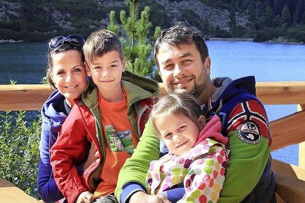 Utešená rodinka. Vlado Kobielsky má šikovnú ženu aj deti.