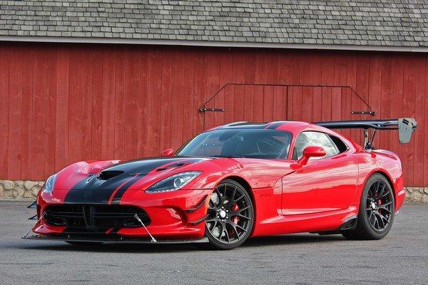 """Športový Dodge Viper ACR. Na pohon """"vretenice"""" vo verzii ACR slúži 8,4-litrový vidlicový desaťvalec s maximálnym výkonom 481 kW."""