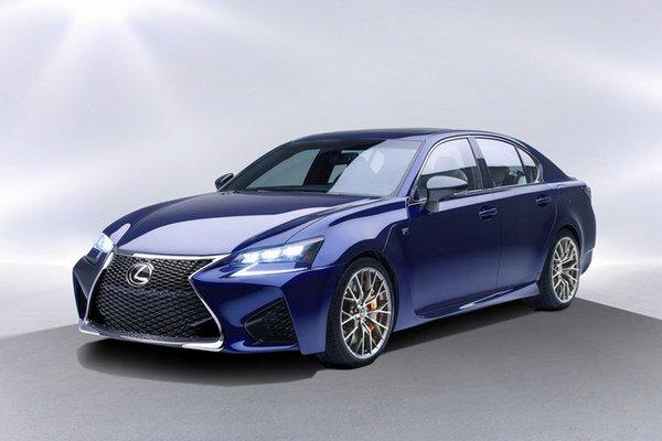 Športový sedan Lexus GS F. Od základného modelu GS sa športová verzia F navonok odlišuje aj výraznejšou maskou chladiča s novým vzorom mriežky.