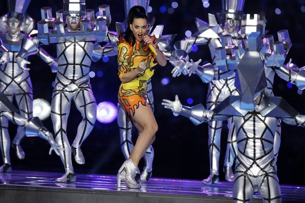 Úžasná šou. Katy sa ukázala v nádherných kostýmoch a doslova žiarila.