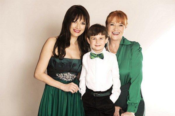 S najbližšími. Tými sú pre ňu syn Toník a mama Carmen Mayerová.