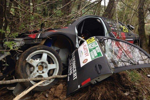 Vyzeralo to hrozivo. Landa je rád, že prežil, rýchlych áut sa aj tak nevzdá.