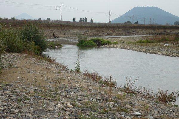 Rieka pri trati. Opatrenia sú nevyhnutné.