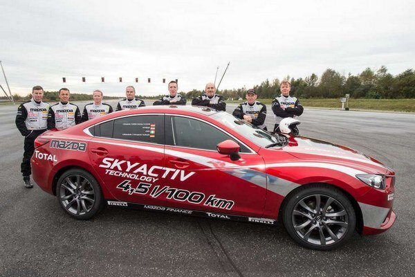 Jedno z trojice rekordných vozidiel. Tri vozidlá Mazda6 vytvorili na nemeckom vysokorýchlostnom okruhu v Papenburgu dokopy 20 svetových rekordov.