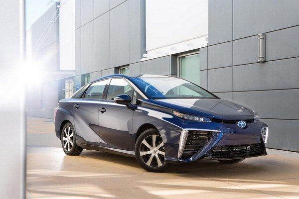 Toyota Mirai na vodíkový pohon. Model Mirai, vystrojený palivovými článkami na výrobu elektrickej energie, by sa na severovýchode USA mal začať predávať už na budúci rok.