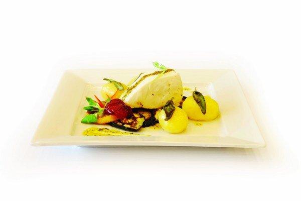 Maslová ryba s grilovanou zeleninou a šalviovými zemiakmi.