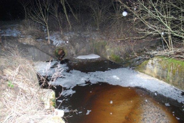 Potok znečistila hnedá zapáchajúca voda a spôsobila na hladine tvorbu peny.