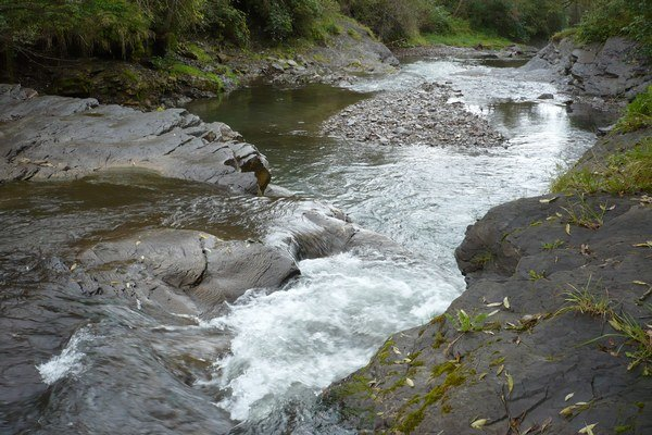 Potok Rieka. Kamenné lavice.