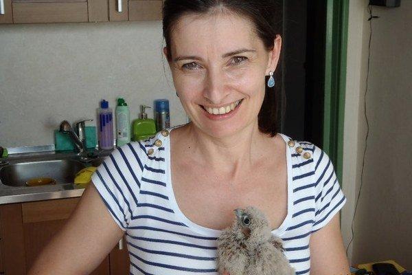 Mária Gamcová s mláďatkom sokola. Už sú zohratý pár.