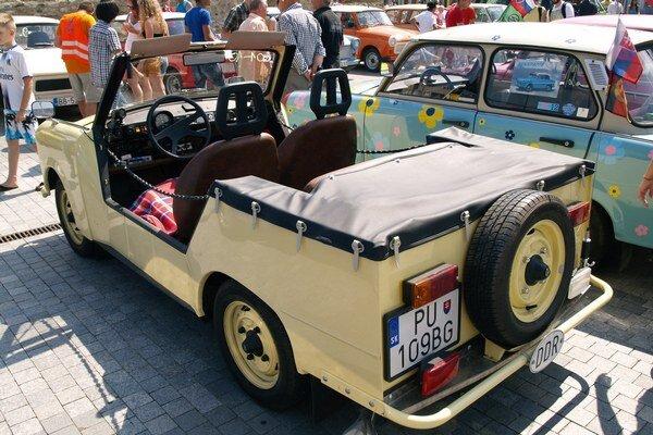 Otvorený Trabant Tramp. Podtext: Civilný Trabant Tramp bol odvodený od vojenskej verzie, vyvinutej pre armádu NDR, a vyrábal sa len na export.