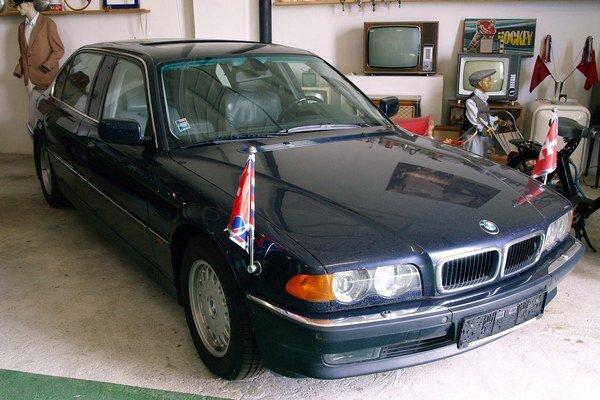 Limuzína BMW 750 iXL s predĺženým rázvorom. V tejto limuzíne, poháňanej 5,4-litrovým vidlicovým dvanásťvalcom, sa vozieval bývalý slovenský prezident Rudol Schuster.