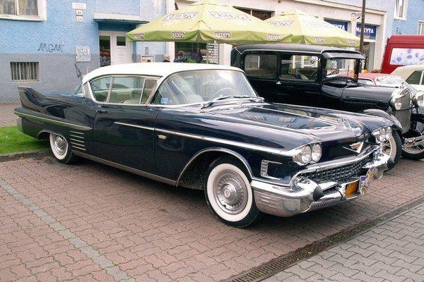 Cadillac Coupé de Ville modelového roku 1958. Na pohon tohto kupé, ktoré sa zúčastnilo Oldtimer Rallye Tatry 2014, slúži šesťlitrový osemvalec výkonu 231 kW.
