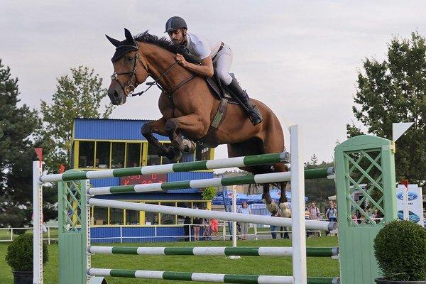 Vyskočil najvyššie. Martin Bulík na koni Landro v preskoku cez 175 cm prekážku.