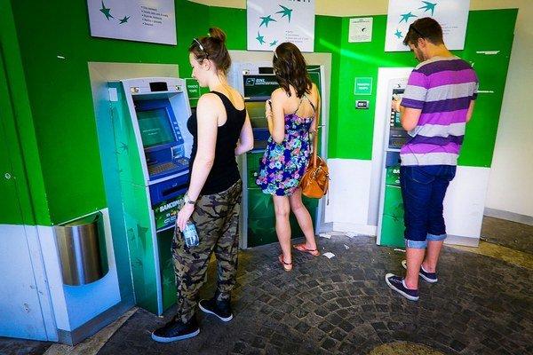 """Spokojní študenti gymnázia. Zľava pri bankomate, """"kondomate"""" a kávomate."""