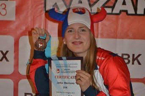 Jana Macinská s medailou.